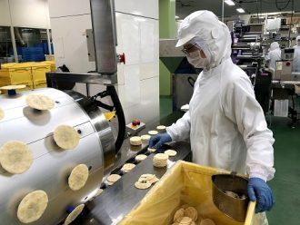 日の出屋製菓産業で働く従業員
